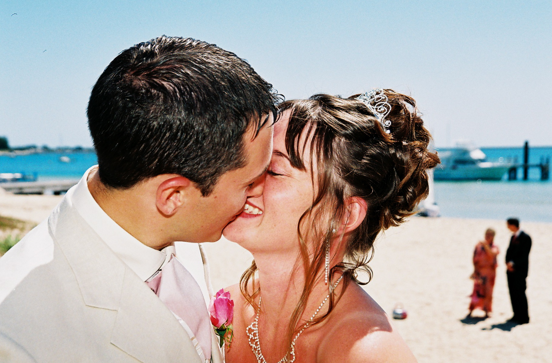 wedding-kiss-beach